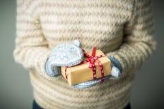 Девушка держа коробку с подарком на рождество Стоковая Фотография RF