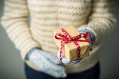Девушка держа коробку с подарком на рождество Стоковое Изображение RF
