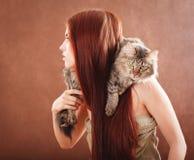 Девушка держа кота Стоковое Фото
