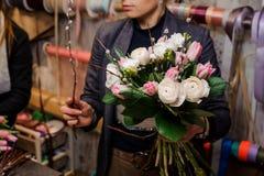 Девушка держа красивый букет белых роз пиона и розовых тюльпанов Стоковые Фотографии RF