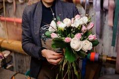 Девушка держа красивый букет белых роз пиона и розовых тюльпанов Стоковые Фото