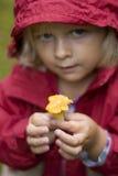девушка держа маленький гриб вверх Стоковые Изображения