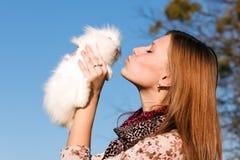 девушка держа маленького кролика белым Стоковые Фото