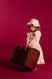 девушка держа меньший хобот деревянной стоковые фотографии rf