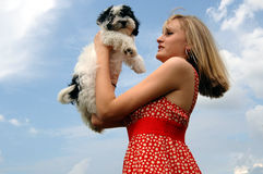 девушка держа милого щенка вверх стоковое фото rf