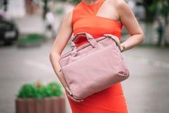 Девушка держа розовую сумку ноутбука стоковые изображения
