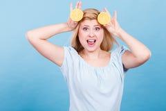 Девушка держа цитрусовые фрукты лимона Стоковые Фотографии RF