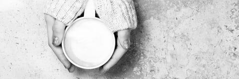 Девушка держа чашку кофе с искусством latte концепция времени leasure Стоковое Фото