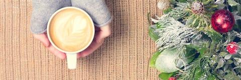 Девушка держа чашку кофе с искусством latte Концепция часов досуга Стоковое Изображение RF
