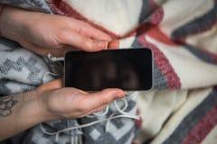 Девушка держа smartphone Стоковое Изображение