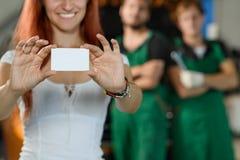 Девушка держит белую коробку с автозапчастями в ее руках стоковые фотографии rf