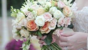 Девушка держит букет свадьбы роз сток-видео