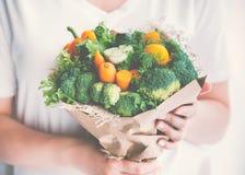 Девушка держит букет свежих овощей тонизированное изображение Стоковое Изображение
