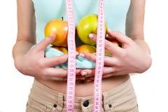 Девушка держит в яблоках руки на животе Стоковое Фото