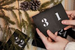 Девушка держит лист календаря 31th -го декабрь ` S Eve Нового Года стоковая фотография
