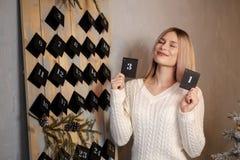 Девушка держит лист календаря 31th -го декабрь ` S Eve Нового Года стоковые фото