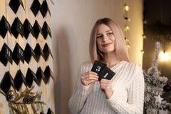 Девушка держит лист календаря 31th -го декабрь ` S Eve Нового Года стоковые фотографии rf