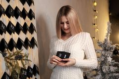 Девушка держит лист календаря 31th -го декабрь ` S Eve Нового Года стоковое изображение