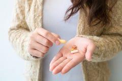 Девушка держит медицину в руке Концепции медицинских и здоровья стоковая фотография