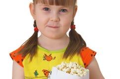 девушка держит меньший попкорн пакета стоковое изображение