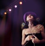 девушка диско предпосылки освещает ультрамодная нижнюю Стоковая Фотография