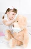 девушка доктора медведя меньший игрушечный Стоковая Фотография