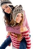 девушка друга давая ее piggyback к детенышам Стоковые Изображения RF