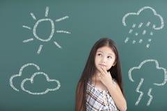 девушка думая о различной концепции погоды стоковые фотографии rf