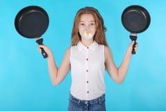 Девушка дуя большая жевательная резинка с 2 лотками Стоковые Фото