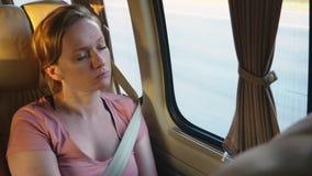 Девушка едет автобус во дне лета солнечном и падает уснувший акции видеоматериалы