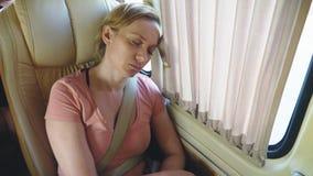 Девушка едет автобус во дне лета солнечном и падает уснувший сток-видео