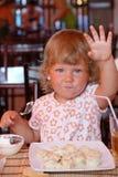 девушка еды стоковая фотография