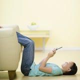 девушка ее детеныши телефона Стоковая Фотография RF