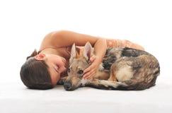 девушка ее детеныши щенка Стоковое Фото