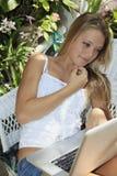 девушка ее компьтер-книжка подростковая Стоковая Фотография RF