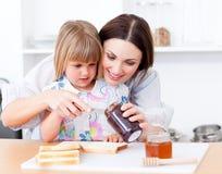 девушка ее маленькая мать подготовляя здравицы стоковые изображения rf