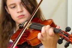 девушка ее маленькая практикуя скрипка стоковое фото rf