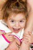 Девушка ее мать на крупном плане рук Стоковое Изображение RF