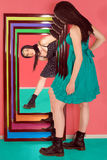 девушка ее отражение взгляда предназначенное для подростков Стоковое Изображение RF
