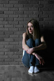 девушка ее поднимающее вверх коленей подростковое Стоковая Фотография