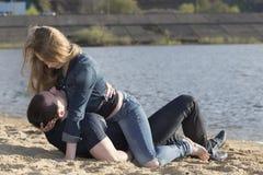 Девушка лежа вниз на молодом человеке и смотря к его стороне Стоковое Изображение RF