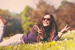 Девушка лежа вниз на траве Стоковые Фото