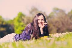 Девушка лежа вниз на траве Стоковая Фотография RF