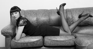Девушка лежа на кресле в офисе стоковое изображение rf