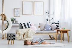 Девушка лежа на поле Стоковое Изображение