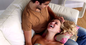 Девушка лежа на подоле ее парня на кресле сток-видео