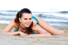 Девушка лежа на пляже Стоковое Изображение RF