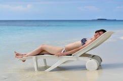 Девушка лежа на салоне фаэтона Стоковые Изображения RF