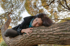 Девушка лежа на стволе дерева Стоковые Фотографии RF