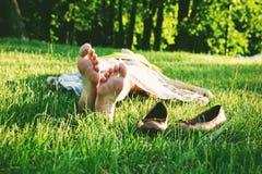 Девушка лежа barefoot без ботинок стоковая фотография rf